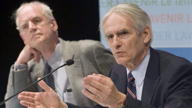 Charles Taylor (à gauche) et Gérard Bouchard (à droite) lors du dévoilement de leur rapport de la commission sur les accommodements raisonnables en mai 2008