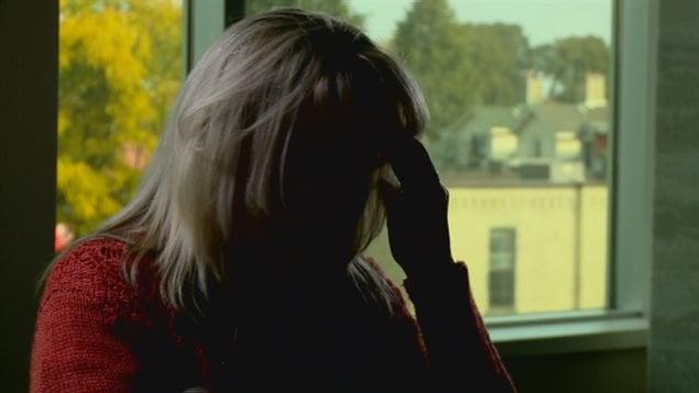 L'ex-jurée qui dit être victime d'un traumatisme psychologique.