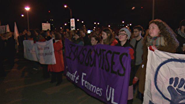 Des centaines de personnes ont assisté au rassemblement près de l'Université Laval mercredi soir.