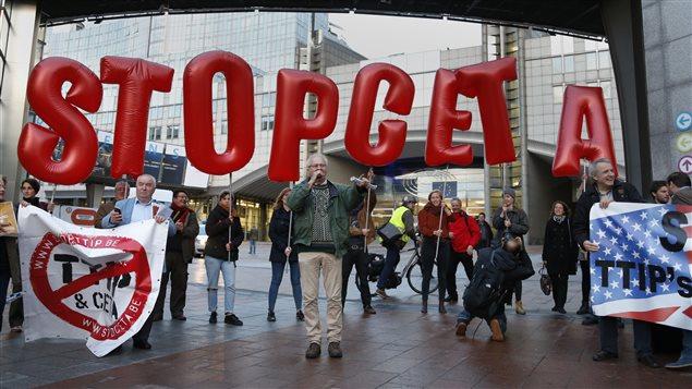 Une manifestation contre l'accord Canada-UE s'est tenue à Bruxelles, en Belgique.