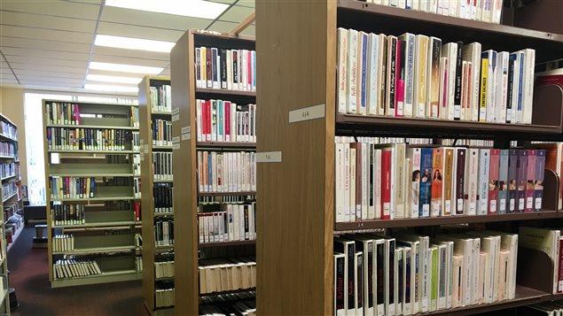 Des rayons de livres à la bibliothèque d'Arvida