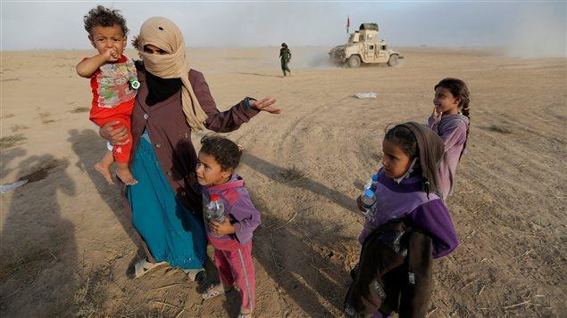 Des civils retournent dans leur village apr�s avoir �t� lib�r�s des militants du gourpe �tat islamique, au sud de Mossoul, en Irak, 21 octobre 2016.