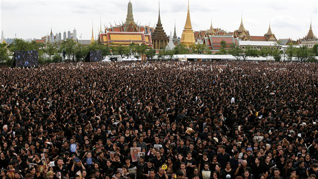 Foule en deuil � l'ext�rieur du Grand Palais chantant pour un enregistrement de l'hymne royal en l'honneur du d�funt roi Bhumibol Adulyadej de Tha�lande, � Bangkok, en Tha�lande, 22 Octobre, 2016.