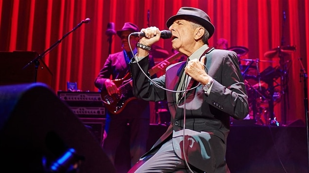 Leonard Cohen, lors d'une prestation au Royaume-Uni en 2013