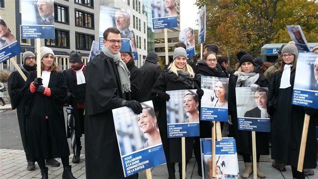 Des juristes de l'État québécois manifestent à Québec.