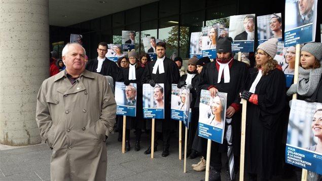 Des dizaines d'avocats et de notaires de l'État québécois manifestent à Québec et Montréal.