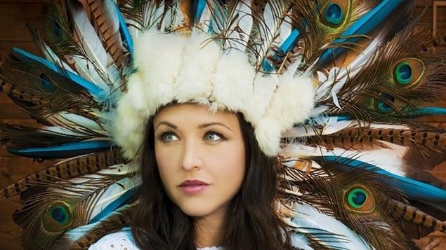 La pochette du nouvel album de Natasha St-Pier.  Comment s'inspirer de la culture amérindienne et de ses valeurs et de ses traditions sans lui manquer de respect, mais aussi sans que cela conduise à l'inverse à une forme de censure?