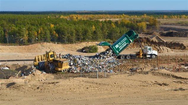 D�chargement d�un camion de collecte au site d�enfouissement de Sept-�les