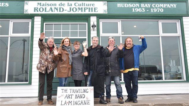 Le Travelling Art Band devant la Maison de la culture Roland-Jomphe de Havre St-Pierre
