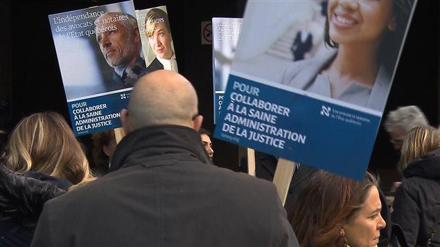 Des dizaines d'avocats et de notaires de l'État québécois se sont rassemblés devant le palais de justice de Montréal.