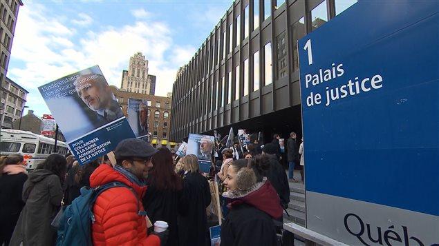 Des dizaines d'avocats et de notaires de l'État québécoisrassemblés devant le palais de justice de Montréal au début de leur grève en octobre 2016
