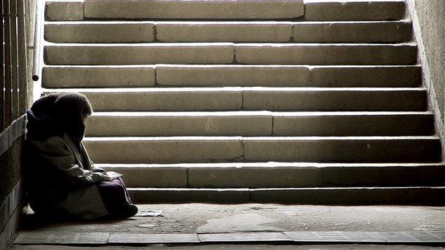 Un sans-abri au bas d'un escalier