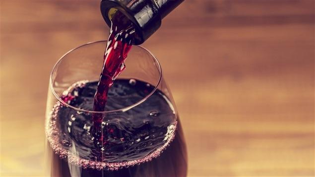 Du vin qu'on verse dans un verre