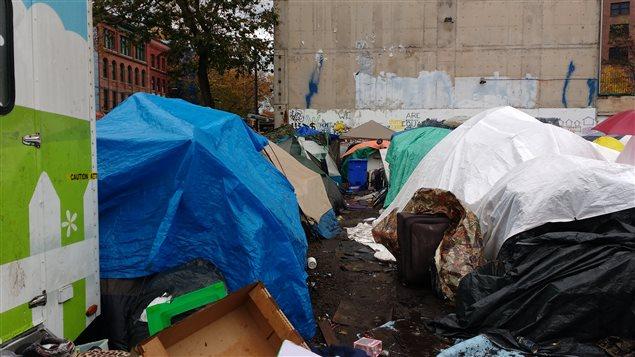 Campement de sans abri le long de la rue Hastings à Vancouver