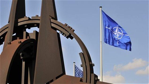 علم حلف شمال الأطلسي أمام مقر الحلف في بروكسيل