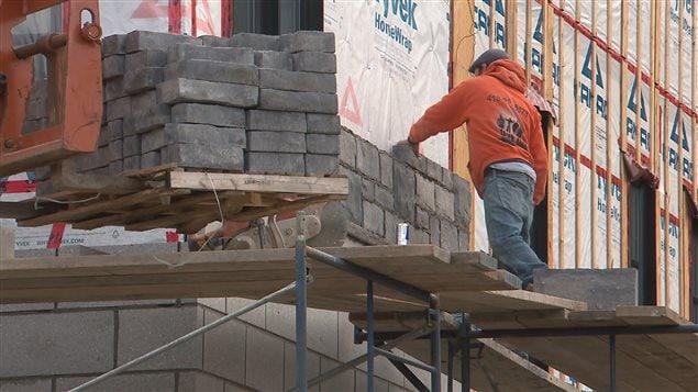 Le grand Montréal, Mauricie–Bois-Francs, Outaouais et Québec connaîtront des baisses d'activités modérées. La Baie-James, le Bas-Saint-Laurent–Gaspésie sera affecté par la fin des travaux de la cimenterie et la Côte-Nord par la diminution des activités et les pertes importantes dans tous les secteurs.