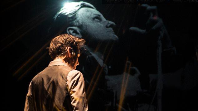 Un homme de dos devant une projection d'un homme