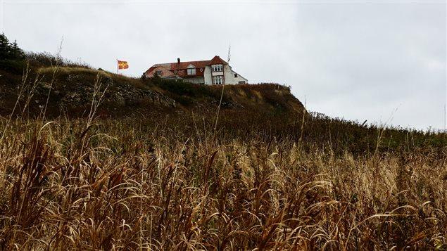 Perchée sur la falaise qui fait face au rocher Percé, la villa Frederick James domine le village.