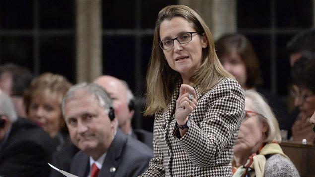 وزيرة الخارجية الكندية الجديدة كريستيا فريلاند في صورة لها وهي تجيب على سؤال في مجلس العموم الخريف الفائت كوزيرة للتجارة الدولية