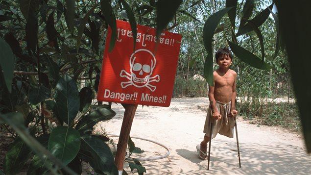 Jeune cambodgien handicapé par une mine antipersonnel