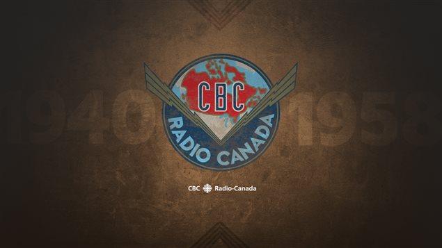 Le premier logo de la société d'État, dessiné par une étudiante de l'École des Beaux-Arts en 1940 grâce à un concours. À cette époque, le logo était associé à la radio seulement.