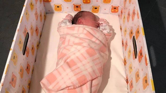 Un bebé dans un boîte-cadeau