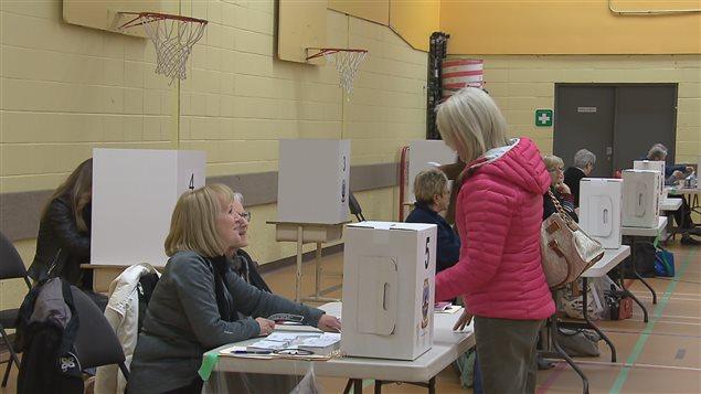 Des électeurs votent à Wendake