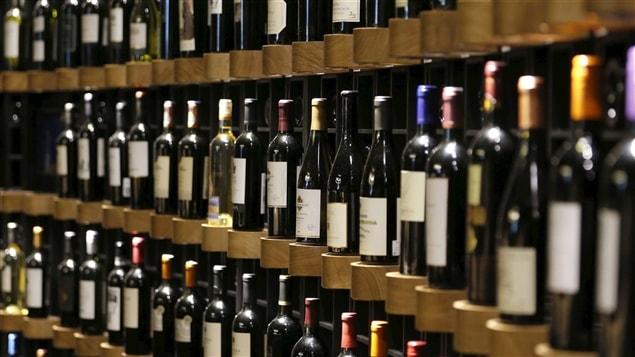 Des bouteilles de vin sur des tablettes