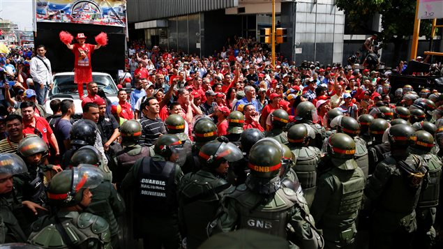 Las manifestaciones de los partidarios del presidente Nicolás Maduro -como los de la foto- o de quienes quieren su salida del poder podrían volver a tomarse las calles del país si no se logra un acuerdo entre el gobierno y la oposición.