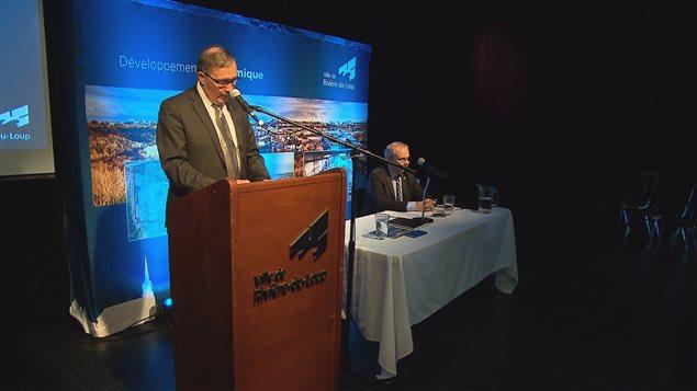Denis Goulet et le maire, Gaétan Gamache en conférence de presse