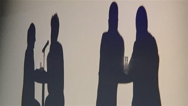 صورة مموّهة لشبّان يتحدّثون عن عمليّة مساعدتهم للتخلّي عن التشدّد