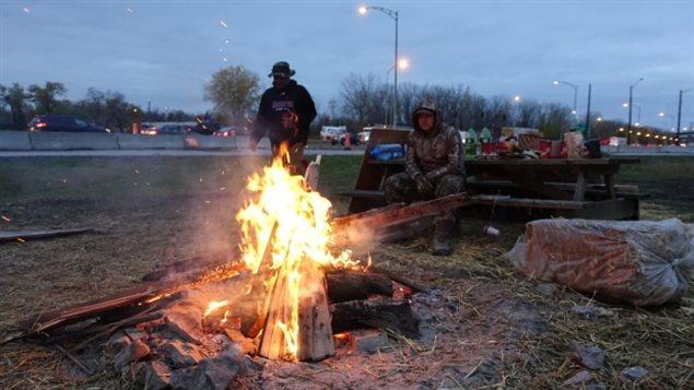 Indígenas canadienses instalados al pie del puente Mercier en Quebec, manifiestan su apoyo a la protesta de los indígenas en Estados Unidos contra la construcción de un oleoducto en Dakota del Norte.