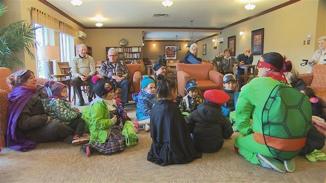 Les enfants du CPE Premier Pas en visite à la résidence Coin Saint-Paul de Trois-Rivières