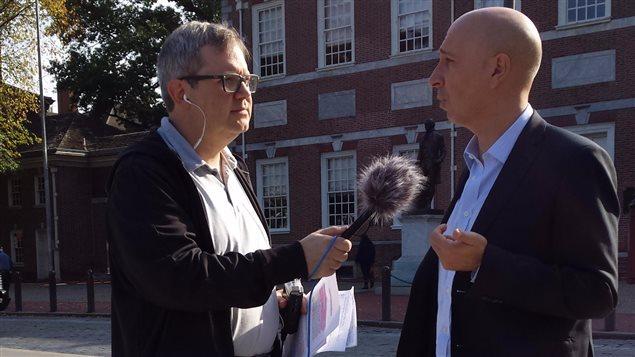 L'avocat et auteur Olivier Piton en entrevue avec l'animateur Jean-Sébastien Bernatchez à Philadelphie, en Pennsylvanie.
