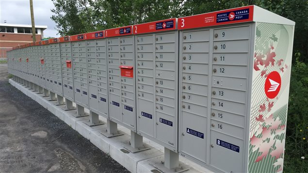 Des boîtes postales communautaires. Plusieurs villes du Canada sont passées aux boîtes postales communes depuis la réforme du service postal en 2013. Des milliers de citoyens ont ainsi perdu le privilège de recevoir leurs courriers à domicile.