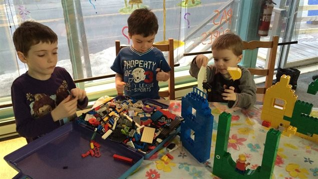 À Bonaventure, en Gaspésie, des enfants atteints d'autisme apprennent à socialiser tout en jouant aux Lego.