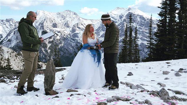 Un couple albertain se marie au sommet d'une montagne