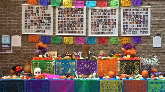 Altar con las fotos de las mujeres y adolescentes indígenas canadienses asesinadas y desaparecidas.