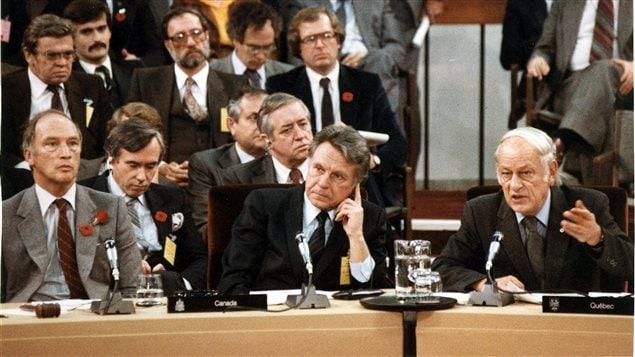 Le premier ministre Pierre Elliott Trudeau, le ministre des Finances Allan MacEachen et le premier ministre du Québec René Lévesque lors de la conférence de novembre 1981