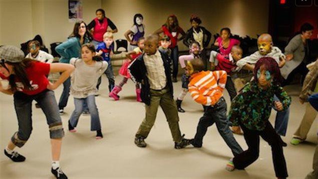 Des enfants dansent