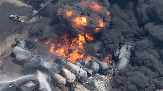 Des wagons en feu après le déraillement survenu à Lac-Mégantic le 6 juillet 2013.