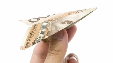 En 2015, le Canada se situait au 130e rang sur 138 pays au chapitre des taxes sur les billets et des tarifs imposés aux aéroports. Les aéroports canadiens paient au gouvernement canadien des loyers coûteux pouvant aller jusqu'à 12 % de leurs revenus bruts. Transports Canada a ainsi perçu 313 millions de dollars pour l'exercice financier 2014-2015.Crédit photo : iStock