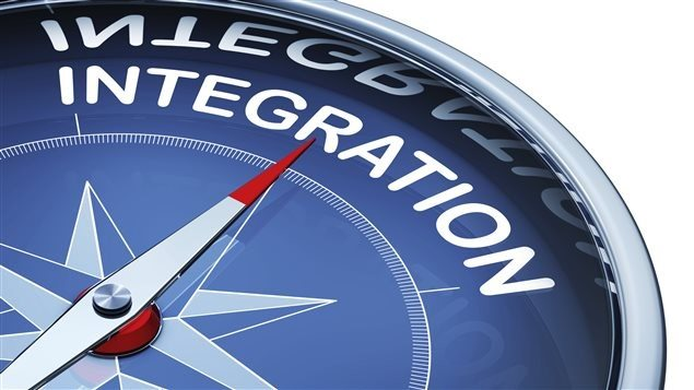 Une boussole pointe vers le mot «intégration»
