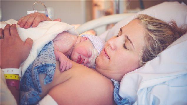 Une mère avec son nouveau né à l'hôpital