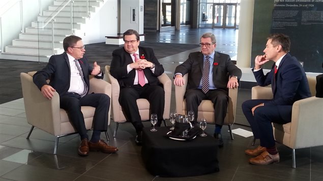 Les trois maires discutent avec Bruno Savard.