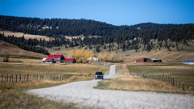 Un ranch traversé d'une route
