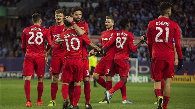 Les joueurs du Toronto FC célèbrent un but.