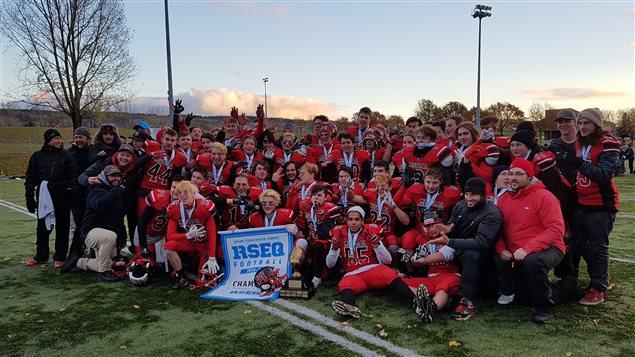 Les joueurs du Monark de l'Ecole le Mistral de Mont-Joli avec trophée et bannière