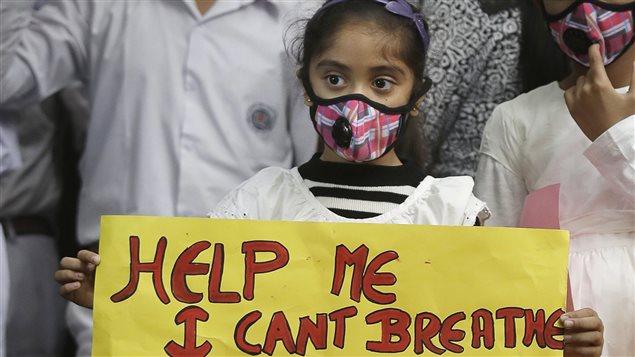 Una niña en Nueva Delhi pide una atmósfera sin contaminación.
