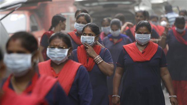 Les autorités indiennes demandent aux gens de rester chez eux. Les habitants de New Delhi se sont rués sur les boutiques vendant des masques.
